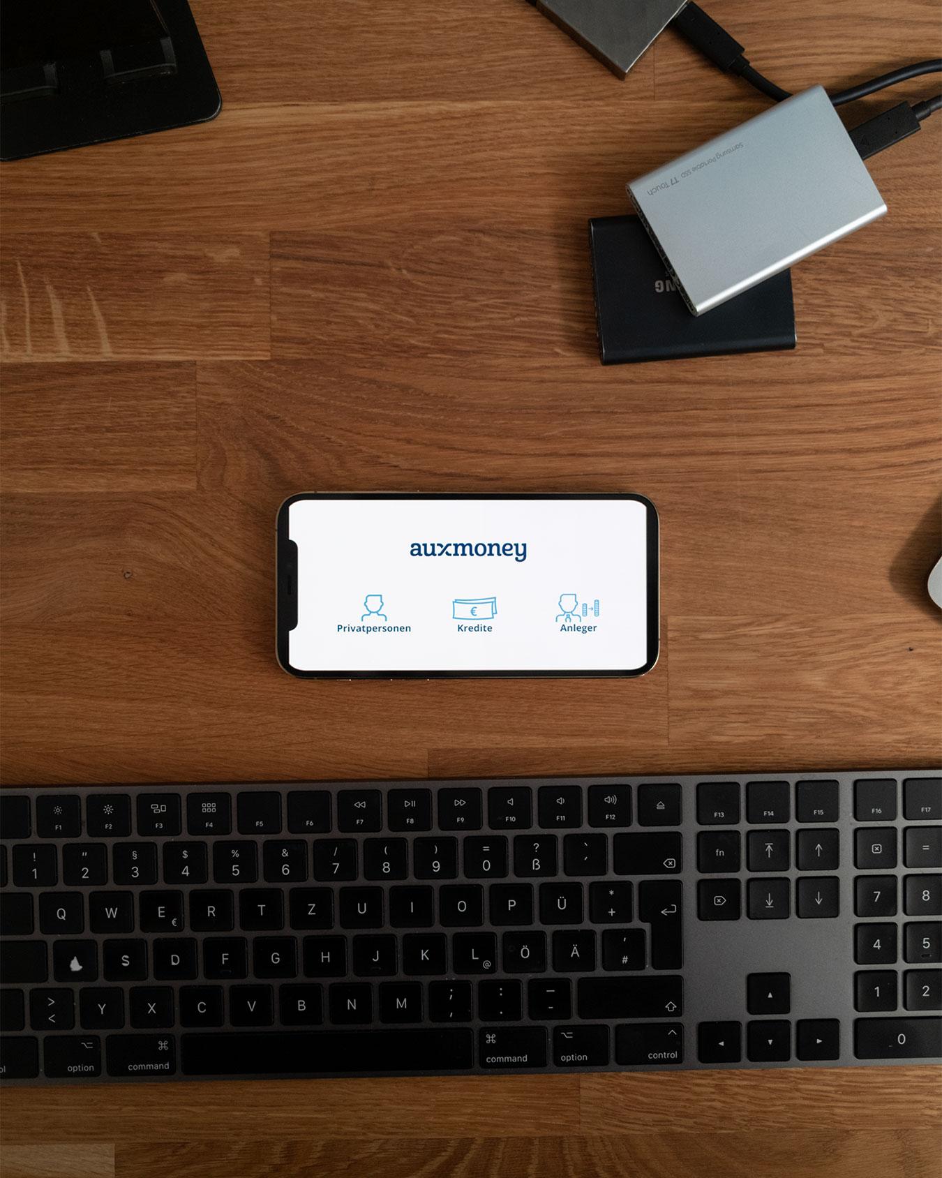 iPhone auf einem Schreibtisch