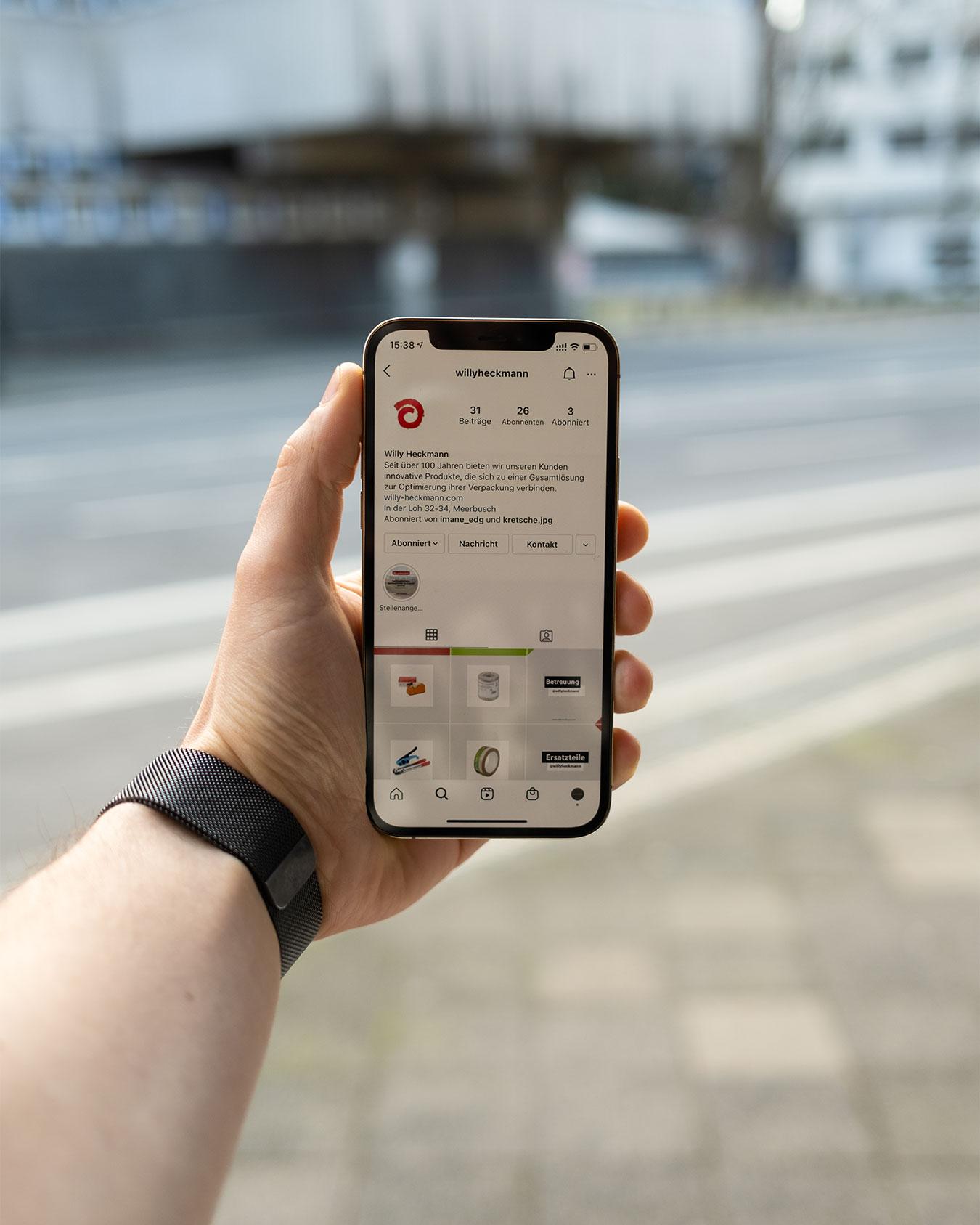 Handy hält ein iPhone 12 Pro