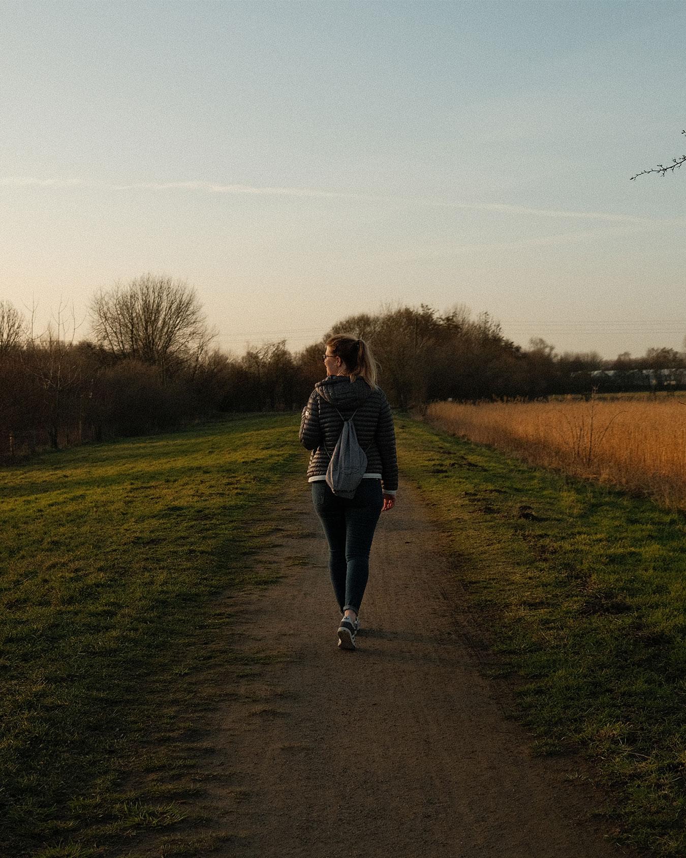Niederrhein Fräulein läuft einen Weg entlang